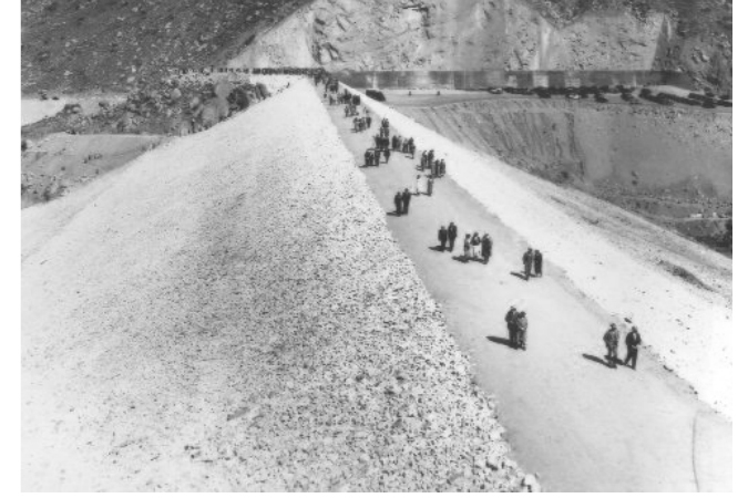 People walk along the top of the newly opened El Capitan Dam in 1935. Photo: San Diego County Historical Society